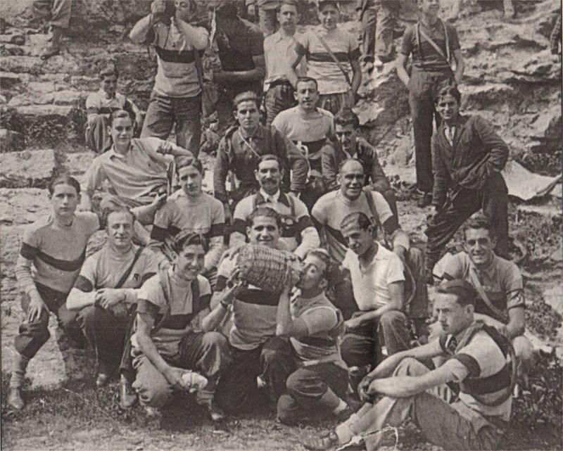 Foto de familia de varios de los primeros integrantes de la sección ciclista del Iberia.