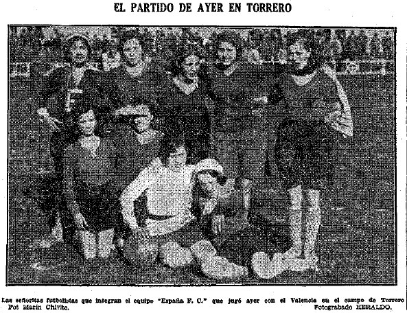 Las jugadoras del España FC en el campo del Iberia.