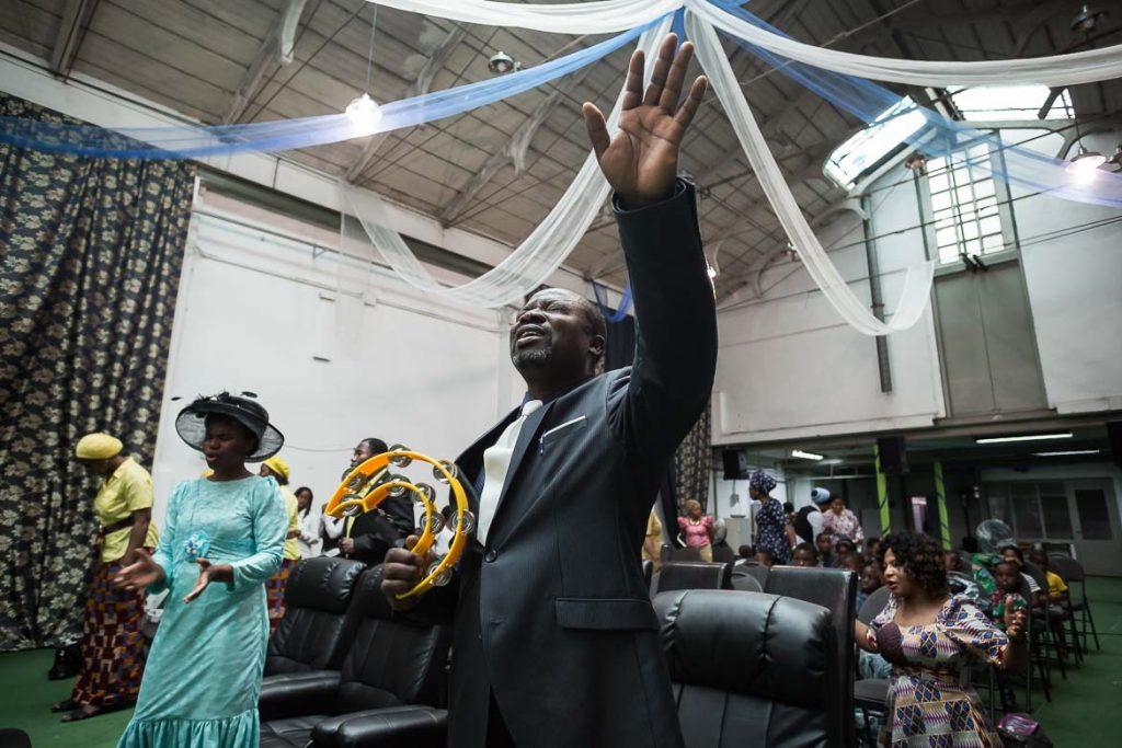 Adeyemi Adejeyen, pastor de la Iglesia Cristiana Redimida de Dios, junto a su mujer, Vivian Adejayan | José Miguel Marco