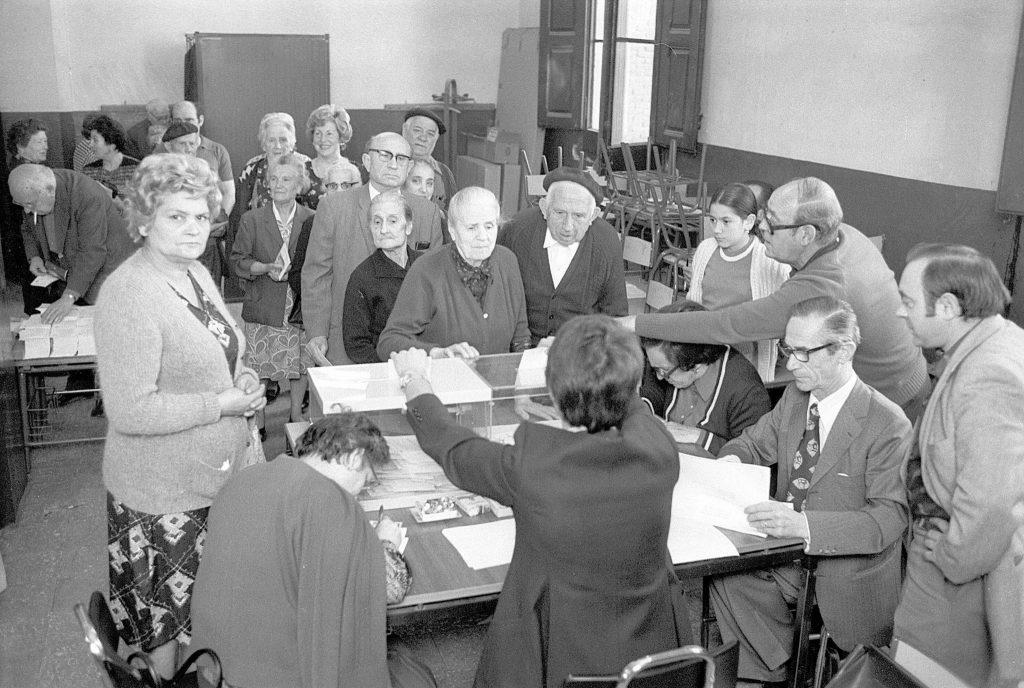 Un colegio electoral de Zaragoza durante la jornada de votaciones del 15 de junio de 1977 | Archivo HERALDO DE ARAGÓN