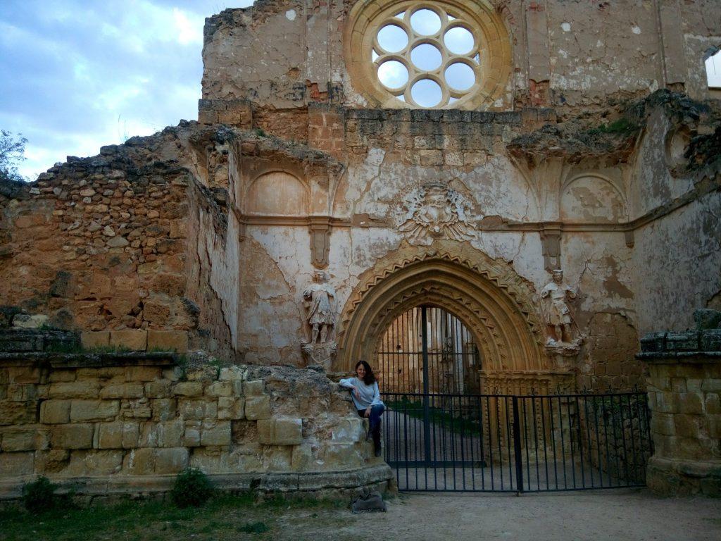 La escritora Mercedes de Vega en el Monasterio de Piedra